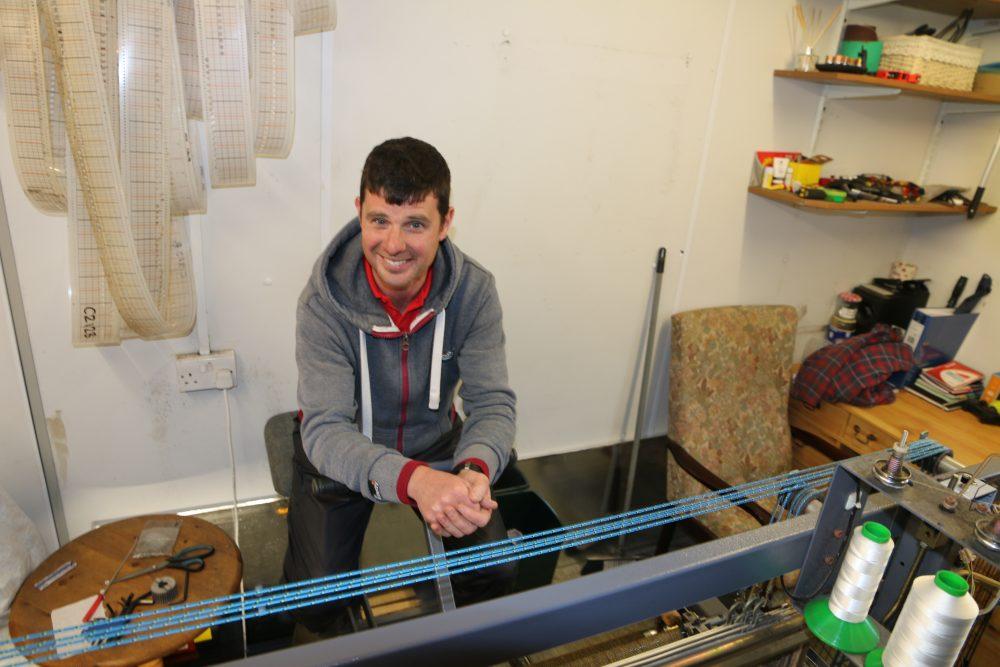 Scott MacRury je najmladší tkáč tvídu v oblasti.