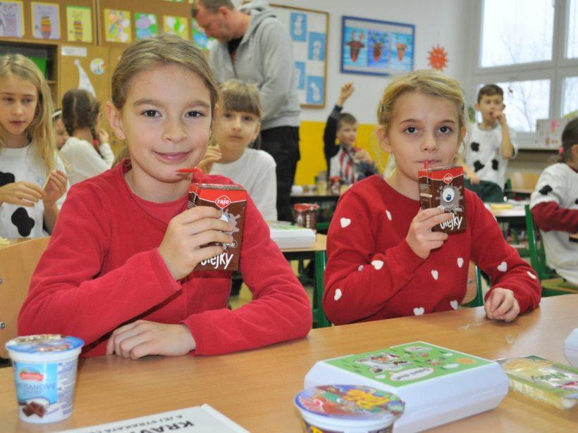 Deti si prevzali ceny za modely kravičiek z obalov slovenských mliečnych výrobkov